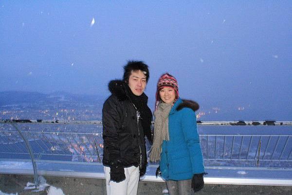 函館山頂很冷又有強風,這下子連雪都飄下來湊熱鬧