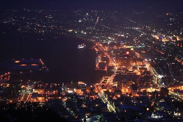 拉近點看海港區燈火通明,連摩周丸都看得很清楚呢!