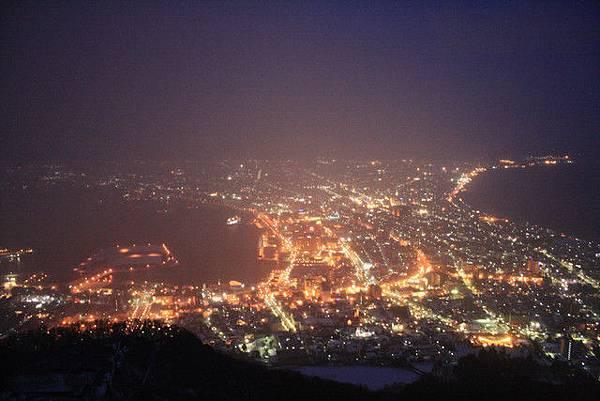 左邊是函館海,右邊是津輕海峽,函館市就這麼被夾在二個海的中間
