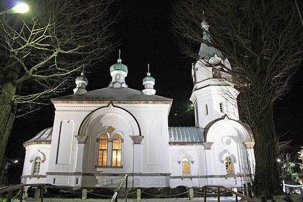 燈光打在ハリストス正教会白潔的牆壁上,整座教堂白得閃閃發亮