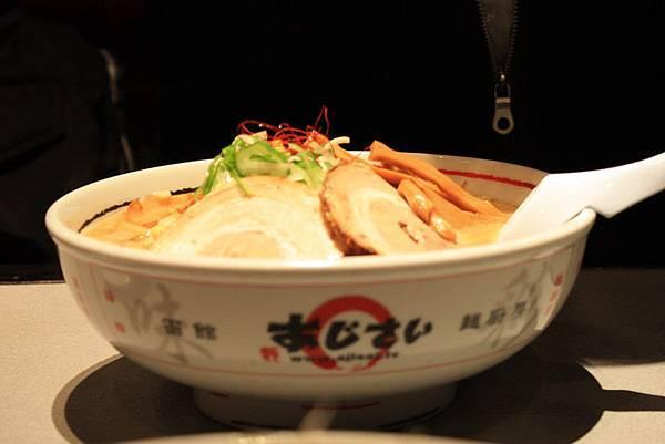 亮點的是味噌叉燒拉麵1080円,叉燒很嫩喔~