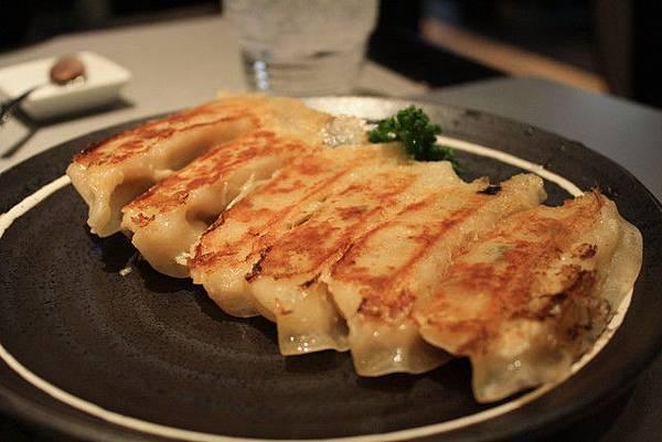 在日本說到拉麵一定會想到煎餃,我們就加點了一份!六粒700円
