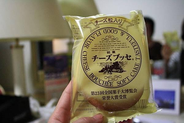 回飯店馬上吃起在函館山買的起司蛋糕