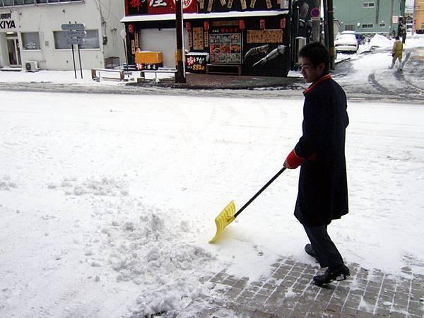 服務中心小弟一早的工作就是鏟門前雪