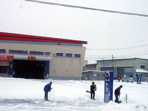 下雪時期一早偷不得閒,員工們第一件要做的事就是鏟雪,好辛苦喔
