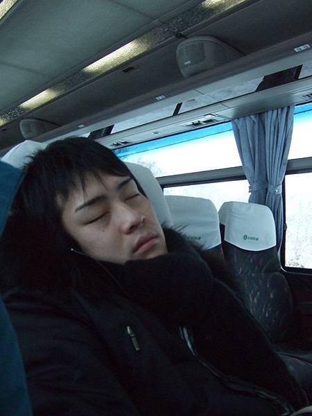 堅守移動時間就是睡覺時間的信念,葉大師睡得好熟