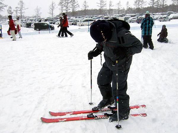 葉大師耐心教導如何穿上雪屐