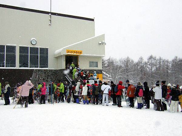賣票處的二樓是纜車搭乘處,超多人在排隊
