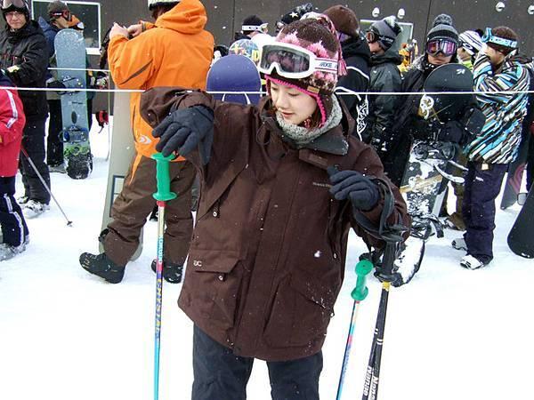一開始連拿滑雪杖的手勢都出乎意料地笨拙!
