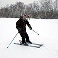 滑雪就是不要怕速度和坡度,重心放在腳且雙腿要用力用力再用力!