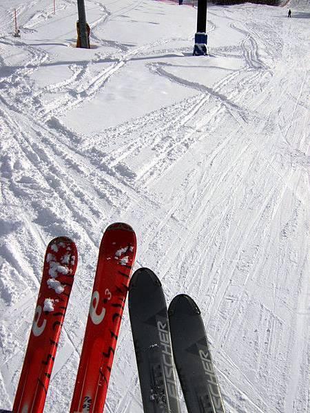 滑雪道的痕跡。大家幾乎是唰唰唰地用時速四五十以上在滑,超帥!