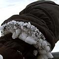 一路上摔得很誇張,結果雪掉進手套裡都結成硬塊了,超像岩石人
