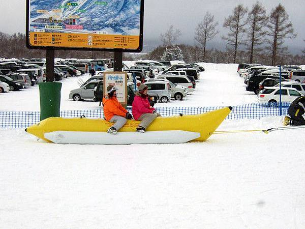 咦?滑雪場裡竟有香蕉船耶,一次五百円!