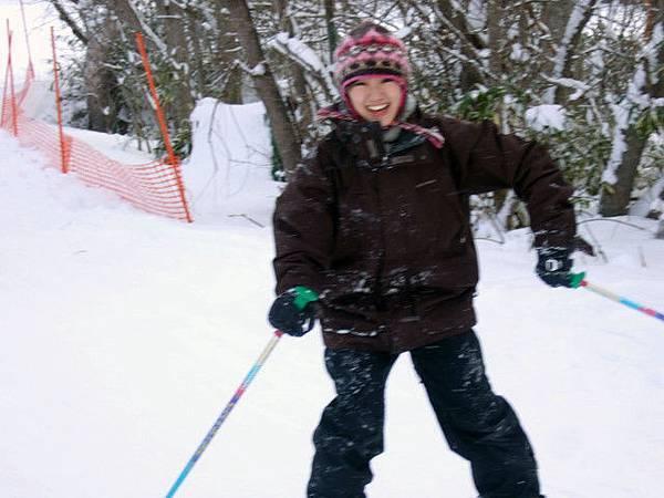 跌跌撞撞了三個多小時,總算學會滑雪過彎!樂翻了!
