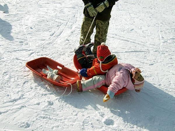 小朋友坐在小雪橇上大吵大鬧的樣子好可愛