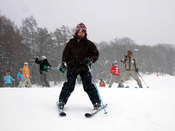下午三點多又下起雪來,此時的我幾乎可以順利地滑完初中級坡道