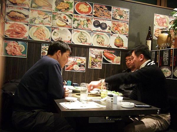 隔壁桌的中年男子們一臉認真的聊家庭經