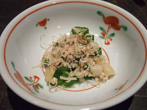 招待的小菜是什麼我忘了,好像是干貝柱和蔥、柴魚等弄成的涼菜