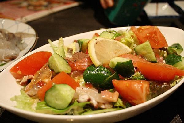 主廚特製沙拉,用多種蔬菜與魚蝦蟹烏賊拌在一起,吃起來好爽口唷
