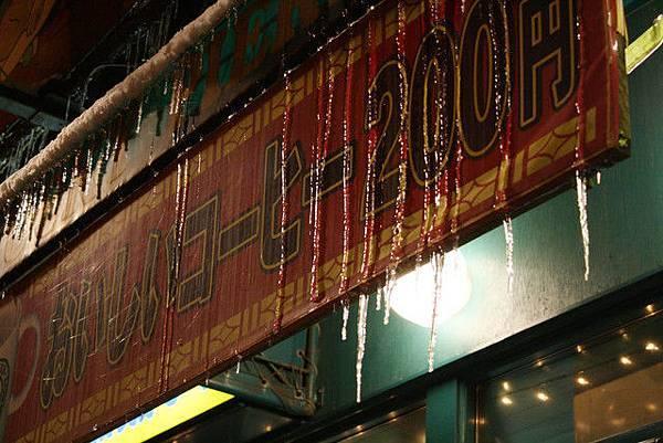 此時正好下著大雪,所以我們又衝進店裡取暖
