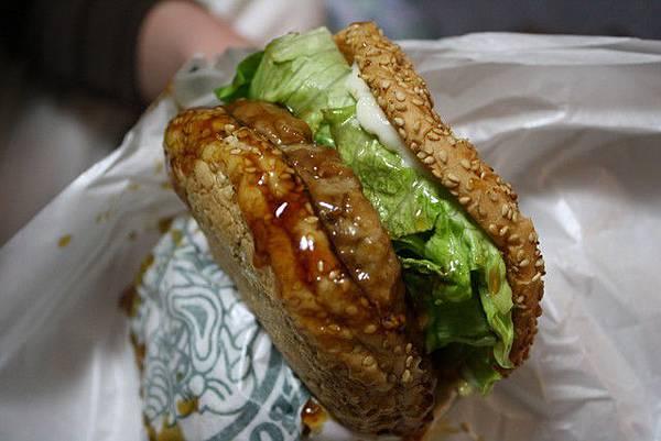 其實剛剛因為太開心而加買了一個漢堡,葉大師回家默默啃光,強!