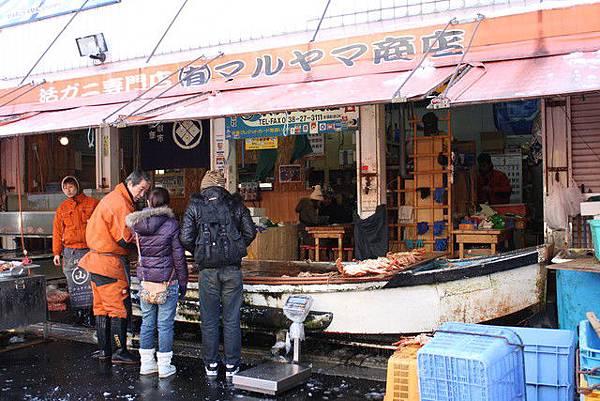 這家螃蟹專賣店用小船當水槽放了滿池的螃蟹來吸引客人!