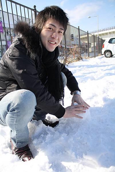 首先要先做雪球,這可是有訣竅的喔!