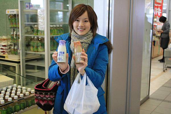 買完便當,也順便買了二瓶牛奶