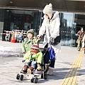 車站前的年輕媽媽,娃娃車的小朋友穿小雪靴塞牛仔褲,真可愛!