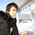 正在等巴士去機場,看這個表情就知道又在哈煙囉~