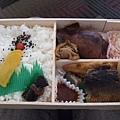 哇~好黑但不錯吃!有魚,烏賊,干貝,馬鈴薯等名產都放了