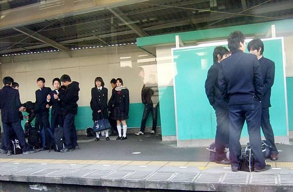 月台上一堆青春年華的少年少女