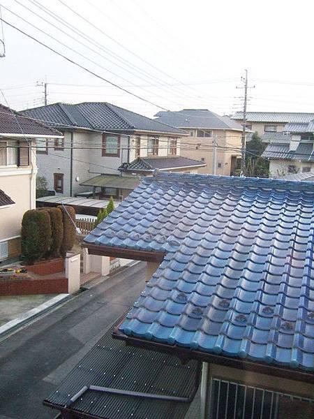 隔壁的寶藍色屋瓦閃閃發亮,很喜歡看日本住宅區的屋頂