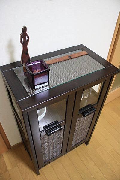 衣櫃旁的餐具櫃與裝飾品,那片木頭還是放線香的耶,無可挑剔!