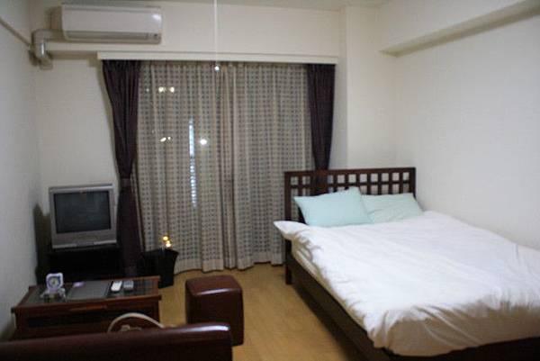 小歸小,空調電視沙發鬧鐘衣櫃與舒服的大床一樣也沒少呢!