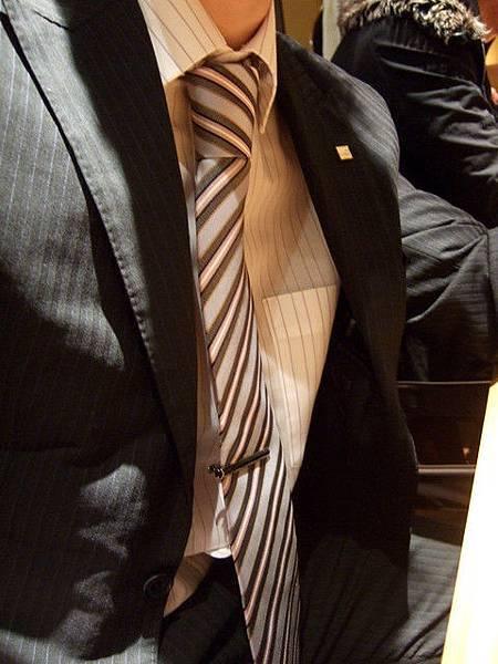 打上我送他的領帶,不得不說還真好看呢~哇哈哈!