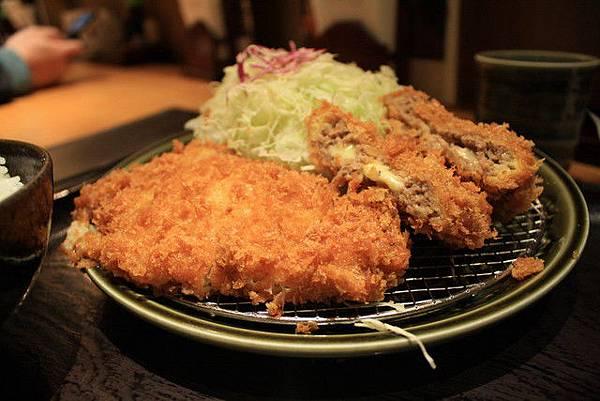 葉大師是炸里脊豬排+炸起司肉排,配上清爽的高麗菜最高!