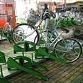 很妙的腳踏車停車位,遠遠看好像東倒西歪~