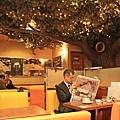 角落有棟假樹延伸了整片天花板,牆上裝飾很多F1的相關圖片