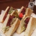 我點了一份鹽醃牛肉三明治,加上剛才的冰咖啡是一組套餐共八百円