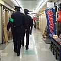 巡查中的高大警察二人組