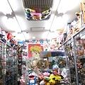 這間店的商品塞得滿滿滿!搞不好下回我連天花板都看不到了