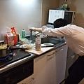 這位仁兄一回家外套脫了馬上開始動手做料理,實在糾感心~!