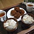 將將~今天的晚餐!炸牛肉丸和蔬菜魚丸豆腐湯~還附綠茶唷