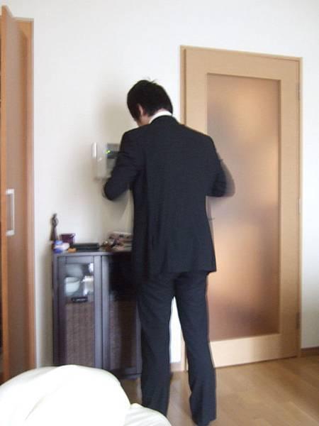 一早睜開眼看著葉大師梳洗準備上班,感覺真怪