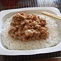 出門前把飯熱一熱淋上納豆就省了午餐費~開心!