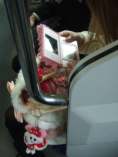 電車上看到 一位粉紅公主風到極致的女孩兒~我忍不住又按下快門