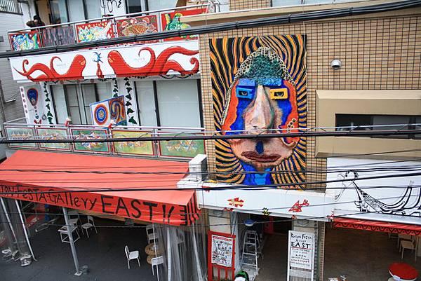 很搞肛還爬到對面公寓拍東側藝廊的外觀
