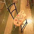 大門左側則是放了很多廢物利用組成的可愛小椅子