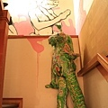 往二樓的樓梯間也搞怪!